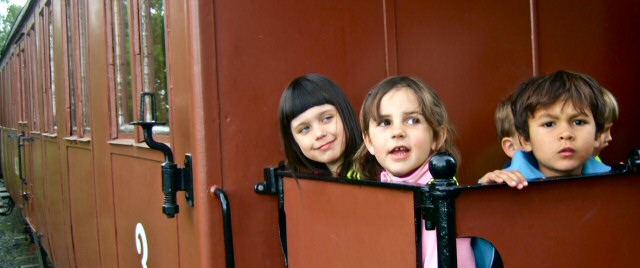 Barn på vagnens plattform. Foto: René Pabst